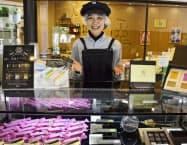 「久遠チョコレート」で接客担当として働く高瀬春奈さん(愛知県豊橋市)=共同