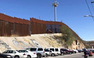 米アリゾナ州と接するメキシコ側の町ノガレスから見た国境の鉄柵