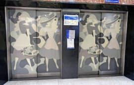 老舗百貨店「丸栄」のエレベーターの扉に描かれていた東郷青児の絵(6月、名古屋市)=共同