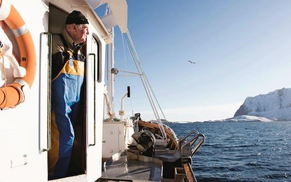 漁船に乗るノルウェーの漁師(ノルウェー水産物審議会提供、ヨハン・ウィルトハーゲン氏撮影)