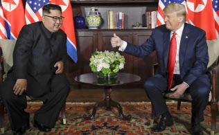 金正恩氏は朝鮮半島の完全な非核化を約束した(6月12日、シンガポールでの米朝首脳会談)=AP