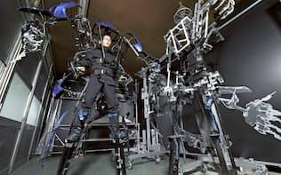 スケルトニクスが開発したロボットと阿嘉倫大社長(東京都八王子市)
