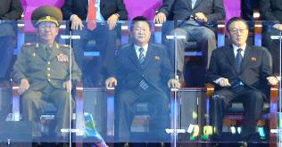 2017年の黄炳瑞・朝鮮人民軍総政治局長らへの検閲・処分は崔竜海氏が担ったとされる(14年の仁川アジア大会の閉会式に出席した、左から黄氏、崔氏)=EPA時事