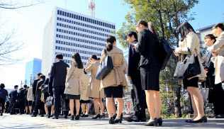 就職活動が解禁となり会社説明セミナーに向かう就活生(3月、東京都中央区)