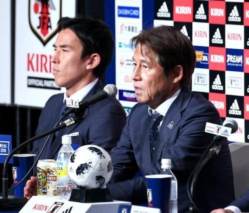 ロシアから帰国し記者会見するサッカー日本代表の西野監督(右)と長谷部選手(5日午後、千葉県成田市)