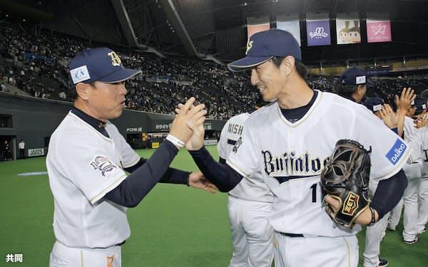 セーブを挙げ、福良監督(左)とタッチするオリックス・増井。昨今の野球ではブルペンがチームの浮沈を左右する=共同