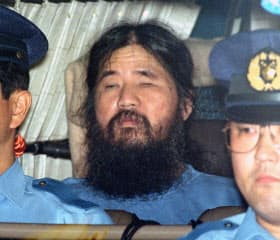 1995年9月、移送される松本智津夫死刑囚(警視庁)=共同