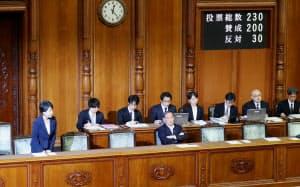 参院本会議で改正民法が可決、成立し一礼する上川法相(左)(6日午後)