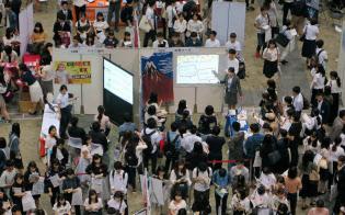 20年春卒業予定の学生の就職活動は早くも活発に(6月2日、東京・江東の東京ビッグサイト)