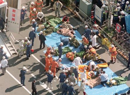地下鉄サリンから23年 写真で振り返るオウム事件: 日本経済新聞