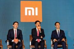 小米の調達額は想定の下限に(香港で記者会見する雷軍CEO(中)、6月)
