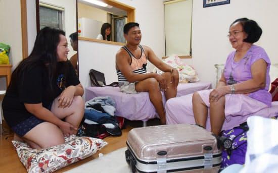キッチン付きの部屋でくつろぐフィリピン人の民泊利用者(東京都町田市)