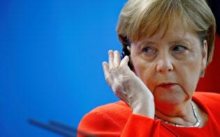 5日、ベルリンで記者会見するメルケル独首相=ロイター