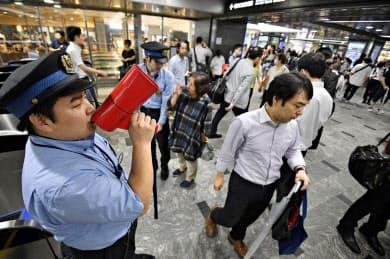 大雨の影響で山陽新幹線が運転見合わせとなったことを知らせるJR博多駅の駅員(6日午前9時14分)=共同