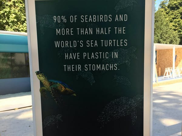 海洋生物のプラごみ摂取を指摘する立て看板(イタリア・ミラノ/撮影 小平龍四郎)