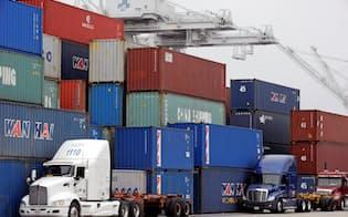 米カリフォルニア州の港に積まれた貿易用コンテナ=ロイター