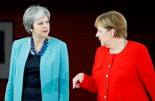 EUとの交渉が進むかは不透明さが残る(5日、ドイツのメルケル首相と会談するメイ英首相(左))=ロイター