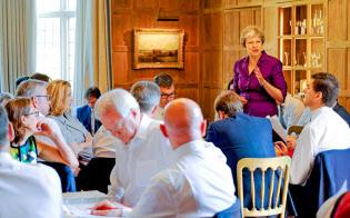 メイ首相(中央奥)は10時間のマラソン閣議で強硬派を説得した(6日、ロンドン郊外の公式別荘)=ロイター