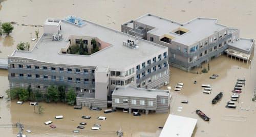 周辺が泥水に漬かった岡山県倉敷市の「まび記念病院」(8日午前10時10分)=共同