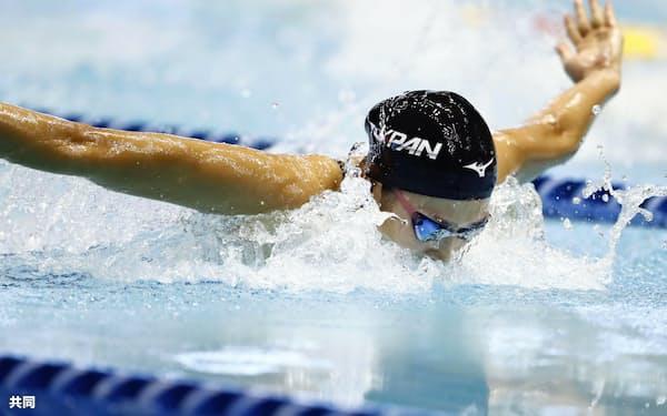 女子200メートル個人メドレー 優勝した池江璃花子のバタフライ(8日、東京辰巳国際水泳場)=共同