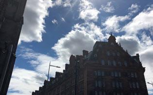 夏のエディンバラの鮮やかな青空と白い雲