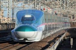 騒音を抑え、速度引き上げを目指す(東北新幹線を走る「E5系」車両)=JR東日本提供