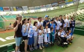 1日、メットライフドームに招待した子どもたちと記念撮影に臨む西武・栗山(後列中央)