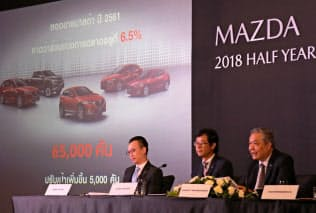 2018年の販売目標を6万5000台と発表したマツダのタイ法人幹部(9日、バンコク)