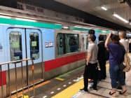 東急電鉄の臨時列車「時差Bizライナー」には乗客の列ができた(9日、神奈川県大和市の中央林間駅)