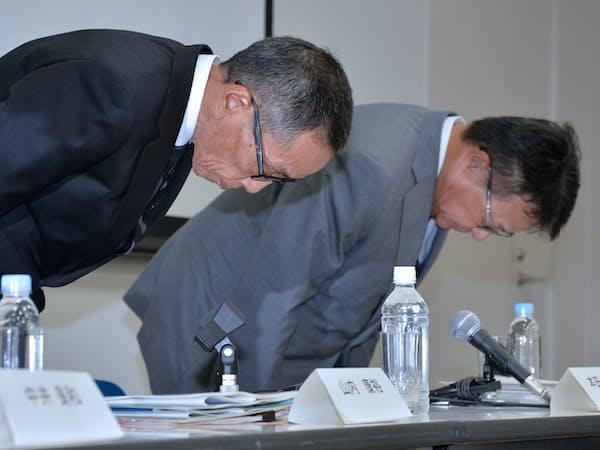 記者会見で謝罪する日産自動車の山内康裕チーフ・コンペティティブ・オフィサー(左)ら(9日午後、横浜市西区)