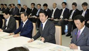 非常災害対策本部の会合で発言する安倍首相(10日午前、首相官邸)