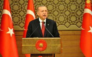 トルコのエルドアン大統領は新閣僚に「忠誠心」を求める(9日、アンカラで閣僚名簿を発表するエルドアン氏)