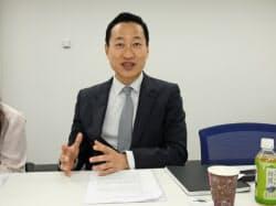 インタビューに答えるイーベイジャパンのヘンリー・チュン社長(10日、東京・港)