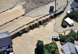 広島県府中町で氾濫した榎川(10日)=共同