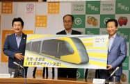LRTの車両デザインを持つ宇都宮市の佐藤市長(左)ら