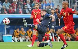 準決勝のベルギー戦前半、ゴールを狙うフランスのジルー(中)=三村幸作撮影