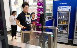 無人店に入店するには様々な手続きが求められる(上海市内の店舗)