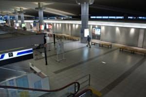 広島空港は飲食店や物販店が休業、人はまばらだ(10日夕方、広島空港の2階にある出発カウンターやロビー)