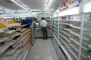 広島空港の1階で唯一営業するコンビニ店は10日夕方は品薄状態になった(広島県三原市)