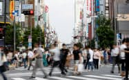 新宿の繁華街を行き交う人たち(11日午後、東京都新宿区)