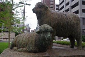1952年に泉大津駅前に設置された羊の像