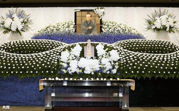 桂歌丸さんの遺影が飾られた、告別式会場の祭壇(11日午後、横浜市港北区の妙蓮寺)=共同