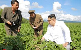 農場を訪れた金正恩委員長(朝鮮中央通信配信)=ロイター