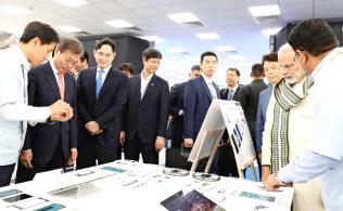 サムスンの携帯電話工場を視察する文大統領(前列左から2番目)と李在鎔副会長(同3番目、インド北部のウッタルプラデシュ州で)=韓国大統領府提供