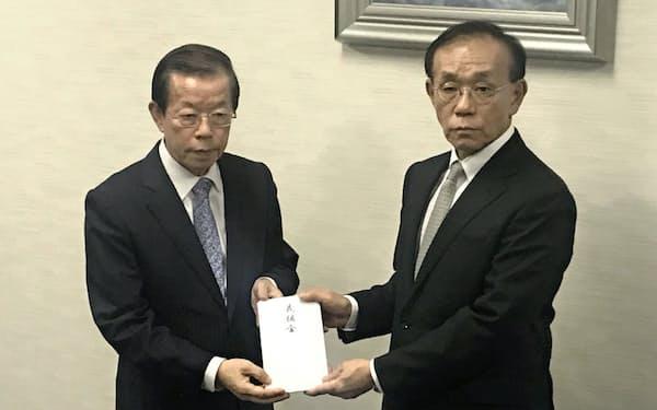 義援金を贈呈する台北駐日経済文化代表処の謝長廷代表(左)と、受け取る日本台湾交流協会の谷崎泰明理事長(12日、東京・港)