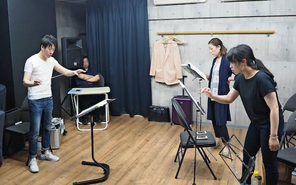 リハーサルに臨む指揮者の川瀬賢太郎(左)(6月、大阪市)