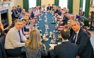 10日、2閣僚の辞任後に開いたメイ政権の閣議(ロンドン)=AP