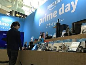 「プライムデー」で購入できる商品を羽田空港で展示している(東京・大田)