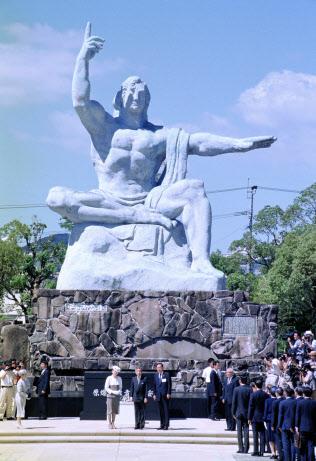平和公園に到着し、平和祈念像前で献花した天皇、皇后両陛下(1995年7月、長崎市)=時事