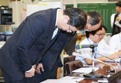 記者会見で謝罪する東日本銀行の酒井常務取締役(手前)とコンコルディアFGの神沢常務執行役員(13日午後、日銀本店)